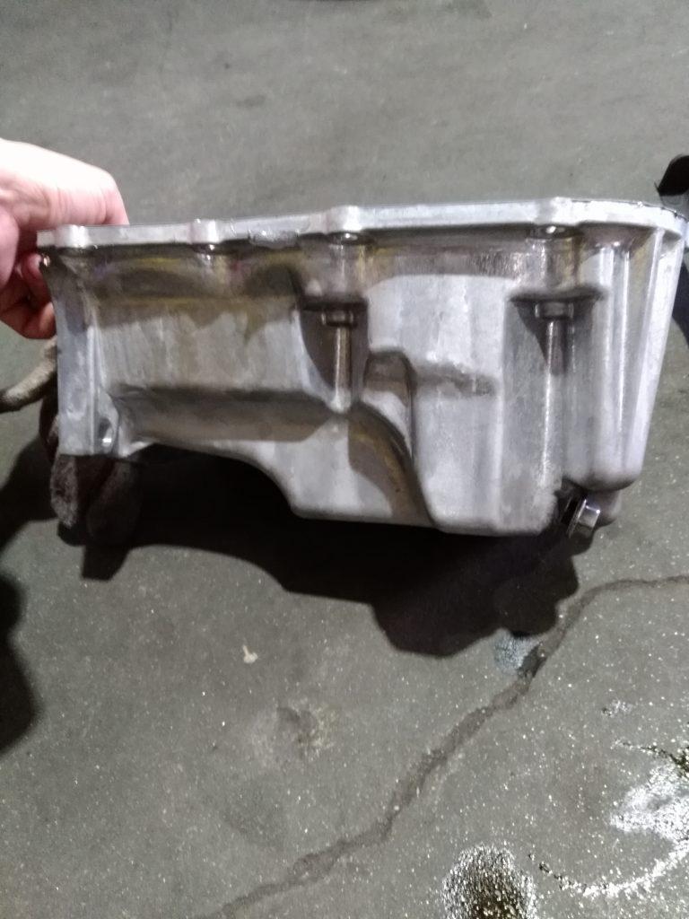 エンジンオイルパンドレンコック損傷